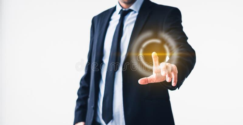 Uomo d'affari che indica sullo schermo virtuale - tecnologia nel concetto di affari immagine stock libera da diritti