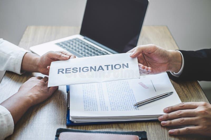Uomo d'affari che invia una lettera di dimissioni al capo del datore di lavoro per allontanare contratto di lavoro, cambiante e d fotografia stock