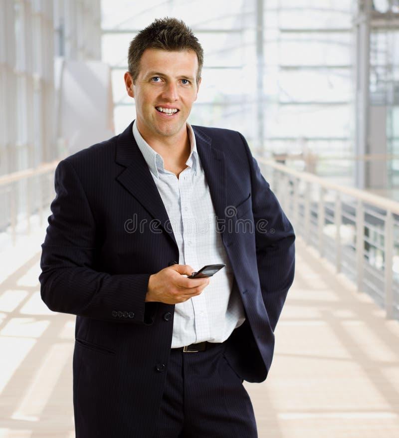 Uomo d'affari che invita telefono mobile fotografie stock libere da diritti