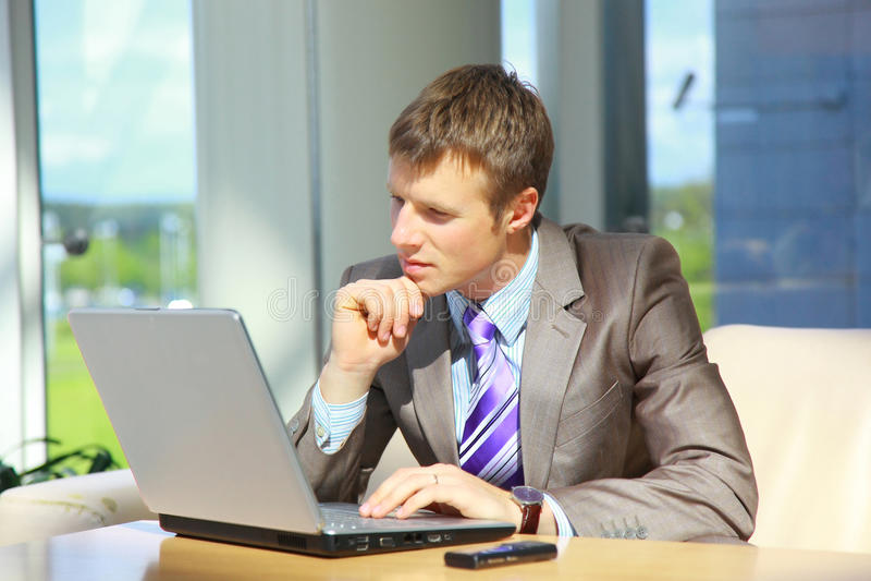Uomo d'affari che lavora al computer portatile fotografia stock libera da diritti