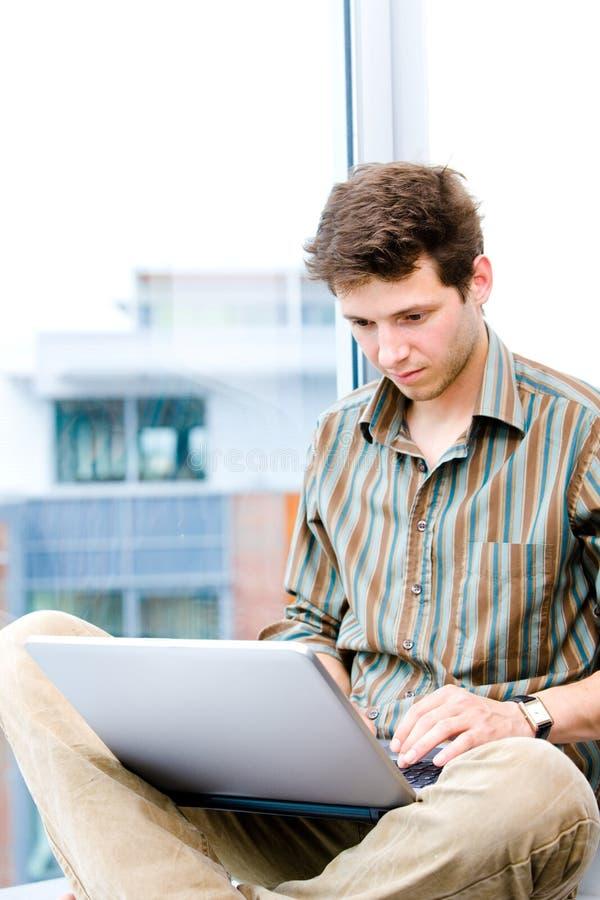 Uomo d'affari che lavora al computer portatile fotografia stock