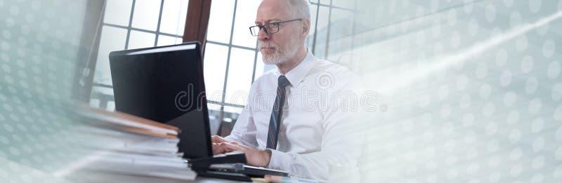 Uomo d'affari che lavora al computer portatile; insegna panoramica immagine stock libera da diritti