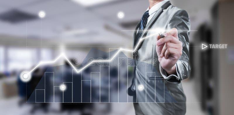 Uomo d'affari che lavora al grafico digitale, concetto di strategia aziendale immagine stock libera da diritti