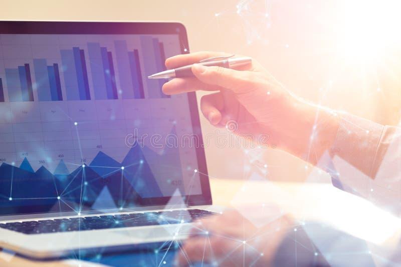 Uomo d'affari che lavora alla strategia di analisi commerciale finanziaria globale di crescita facendo uso del computer portatile immagine stock libera da diritti
