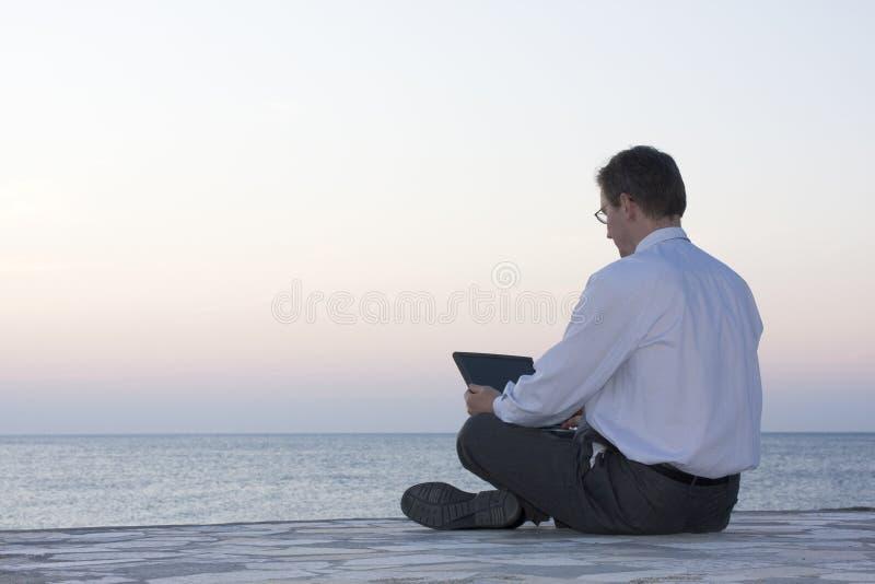 Uomo d'affari che lavora con il computer portatile fotografia stock libera da diritti