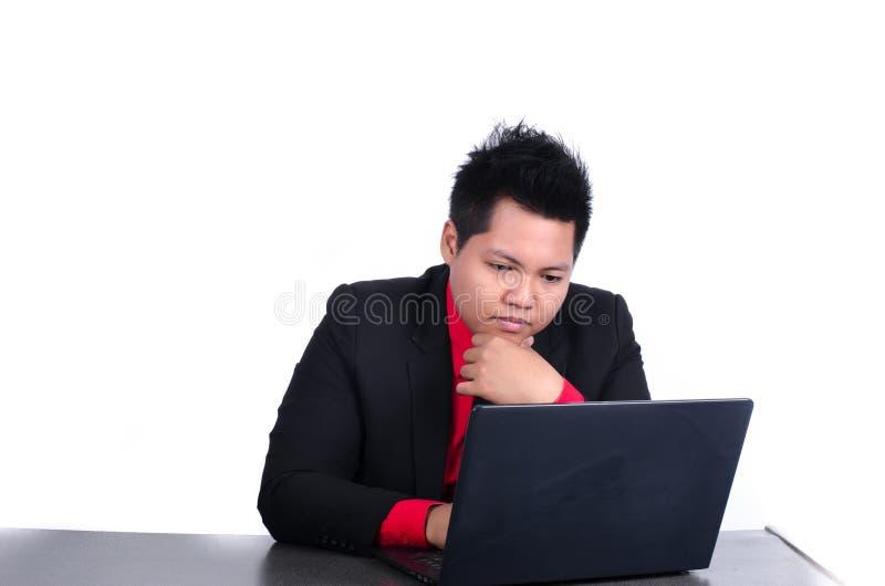 Uomo d'affari che lavora con il computer portatile su bianco immagini stock