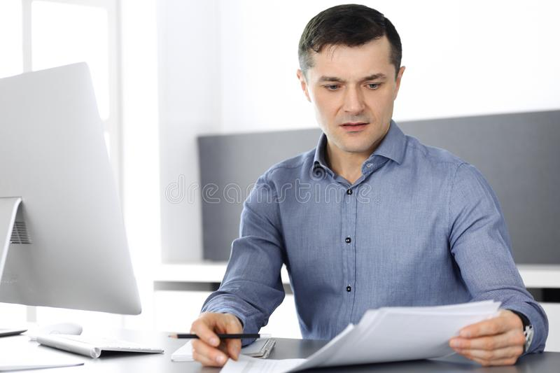 Uomo d'affari che lavora con il computer in ufficio moderno Colpo in testa di direttore maschio di società o dell'imprenditore ne fotografia stock