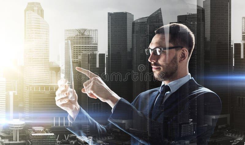 Uomo d'affari che lavora con il pc trasparente della compressa fotografia stock