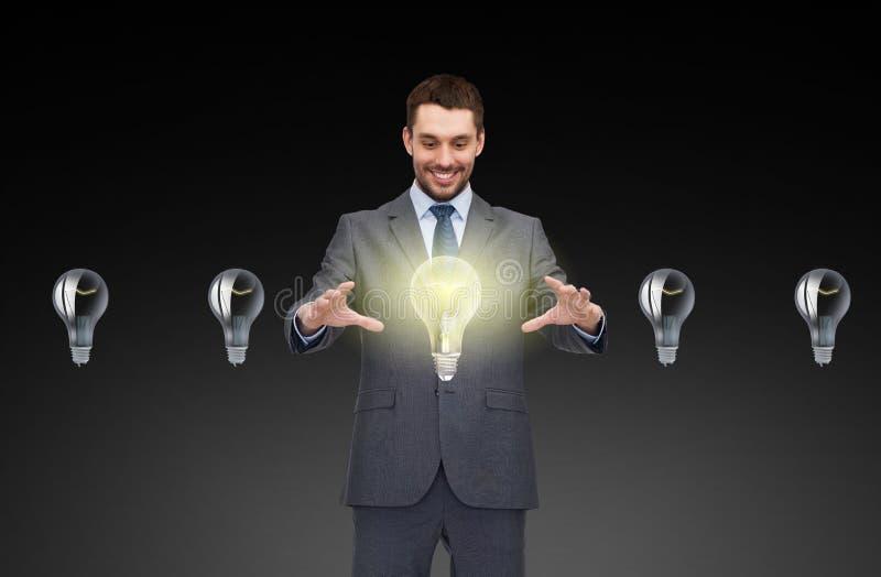 Uomo d'affari che lavora con le icone della lampadina illustrazione di stock