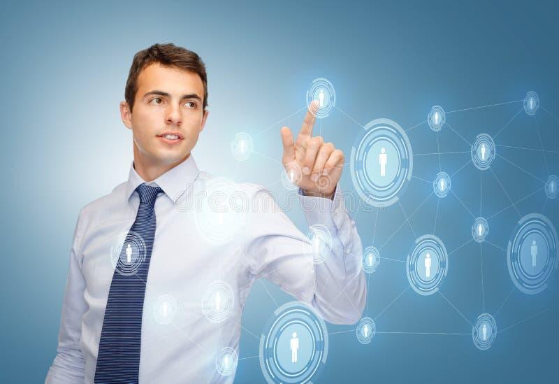 Uomo d'affari che lavora con lo schermo virtuale immaginario fotografia stock libera da diritti