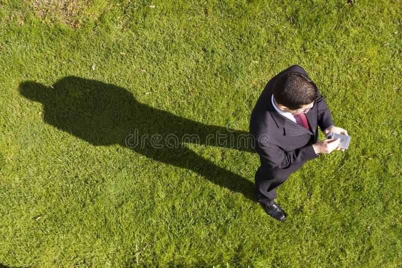 Uomo d'affari che lavora con un palmtop fotografia stock libera da diritti