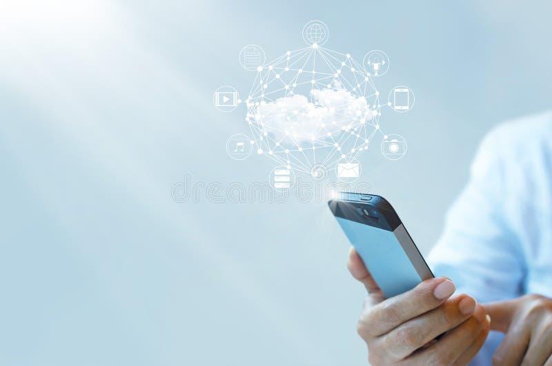 Uomo d'affari che lavora con una nuvola che computa su Smartphone immagini stock libere da diritti