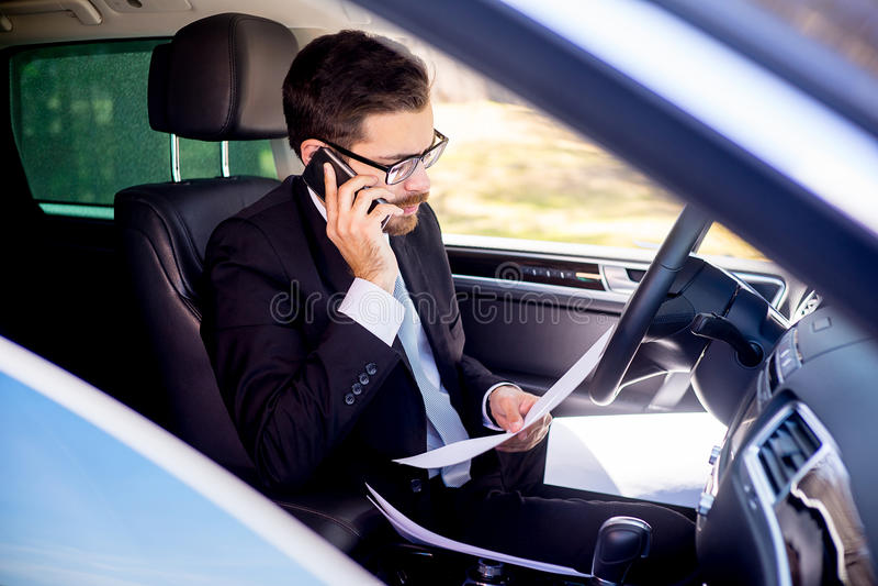 Uomo d'affari che lavora dall'automobile fotografie stock