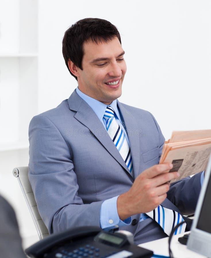 Uomo d'affari che legge un giornale fotografie stock libere da diritti