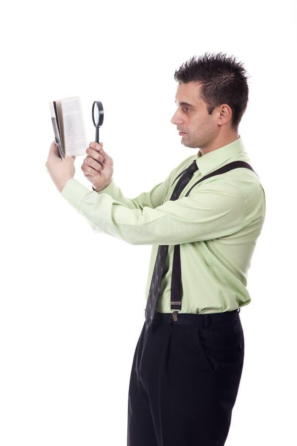 Uomo d'affari che legge un libro fotografie stock