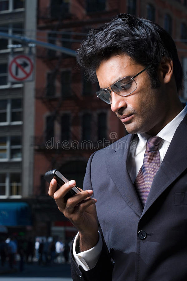 Uomo d'affari che legge un messaggio di testo immagini stock