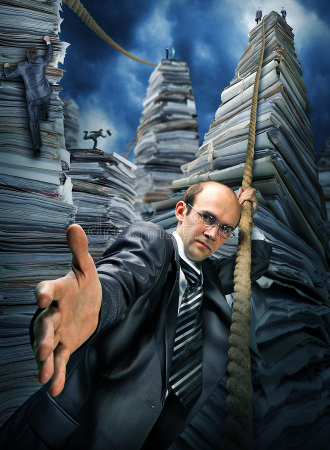 Uomo d'affari che lo invita alla scalata in su immagini stock libere da diritti