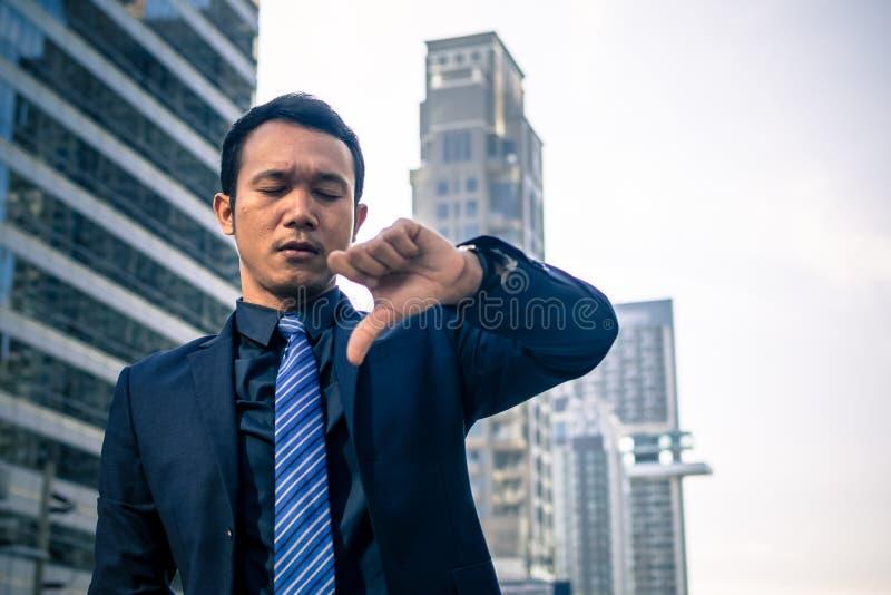 Uomo d'affari che mostra i pollici giù fotografie stock libere da diritti