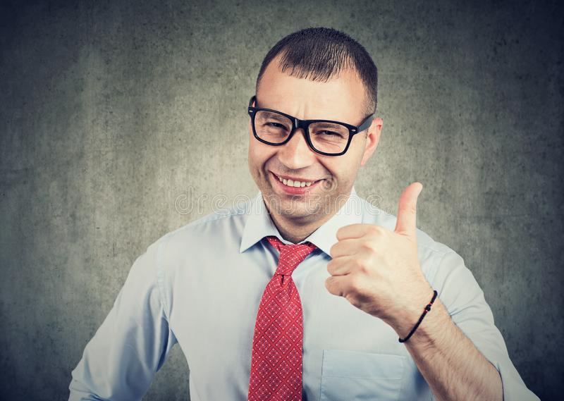 Uomo d'affari che mostra i pollici sul gesto di mano fotografia stock libera da diritti