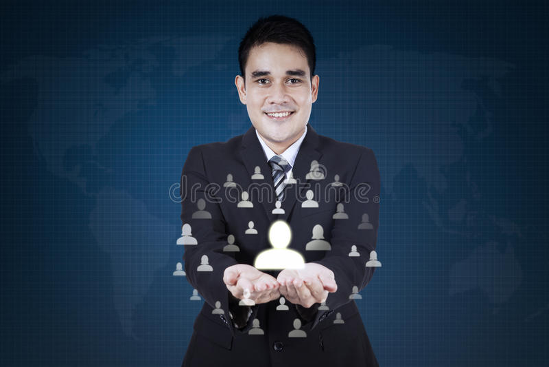 Uomo d'affari che mostra l'icona della rete sociale fotografie stock