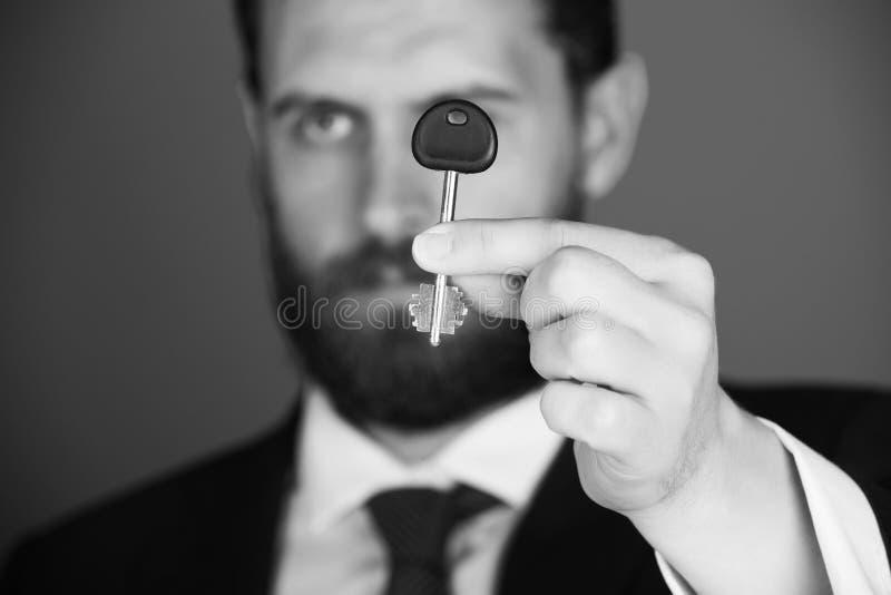 Uomo d'affari che mostra le chiavi al successo a disposizione fotografia stock