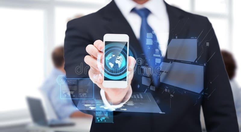 Uomo d'affari che mostra smartphone con lo schermo in bianco fotografie stock