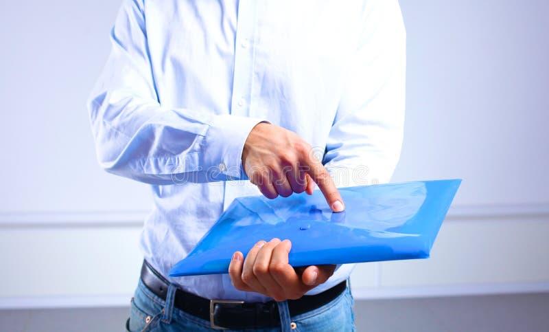 Uomo d'affari che mostra un documento importante nella cartella immagini stock libere da diritti