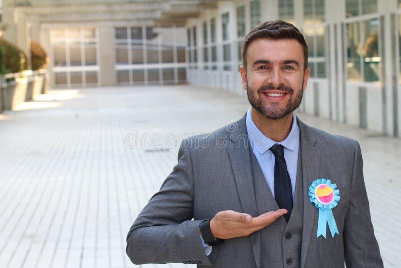 Uomo d'affari che mostra un premio del nastro immagini stock