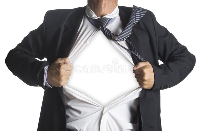 Uomo d'affari che mostra un vestito del supereroe al di sotto del suo vestito fotografia stock libera da diritti
