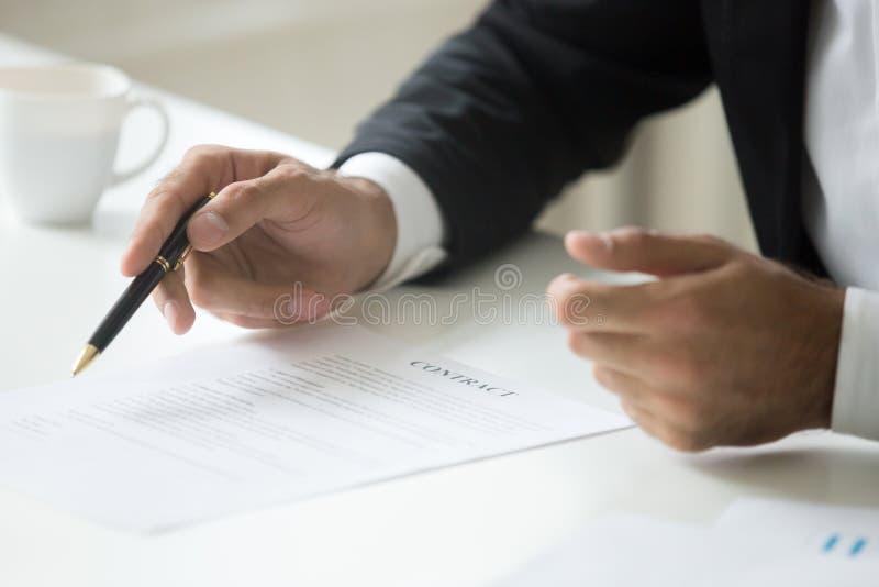 Uomo d'affari che offre firmare concetto del contratto di affari, fine su immagini stock