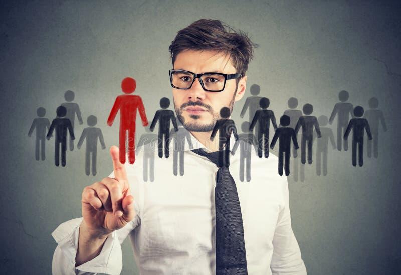 Uomo d'affari che opera una scelta per una nuova opportunità di lavoro da una folla della gente fotografie stock libere da diritti