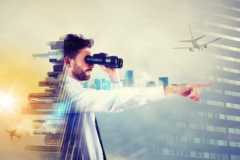 Uomo d'affari che osserva al futuro fotografie stock libere da diritti
