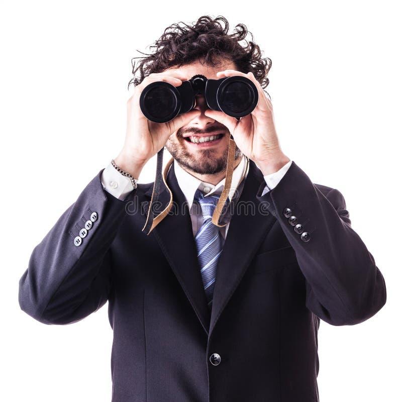 Uomo d'affari che osserva tramite il binocolo fotografia stock libera da diritti