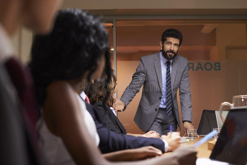 Uomo d'affari che parla al gruppo ad una riunione, fine di angolo basso su fotografia stock libera da diritti