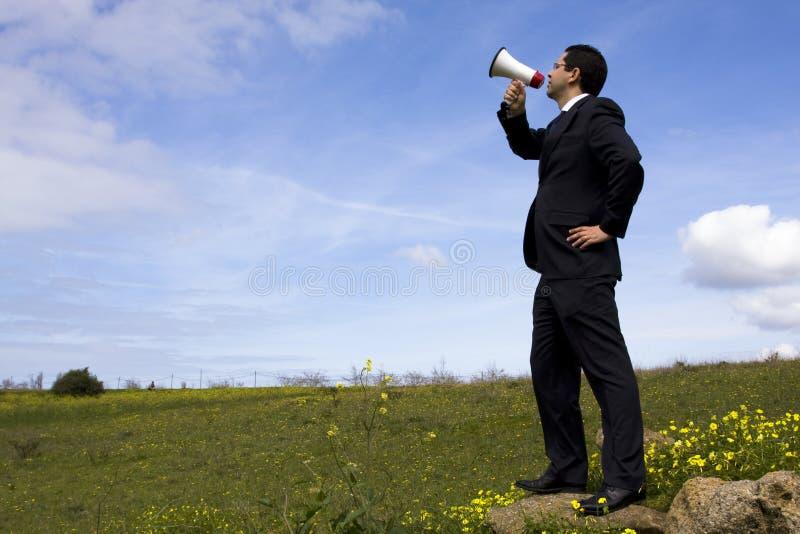 Uomo d'affari che parla con un megafono immagini stock