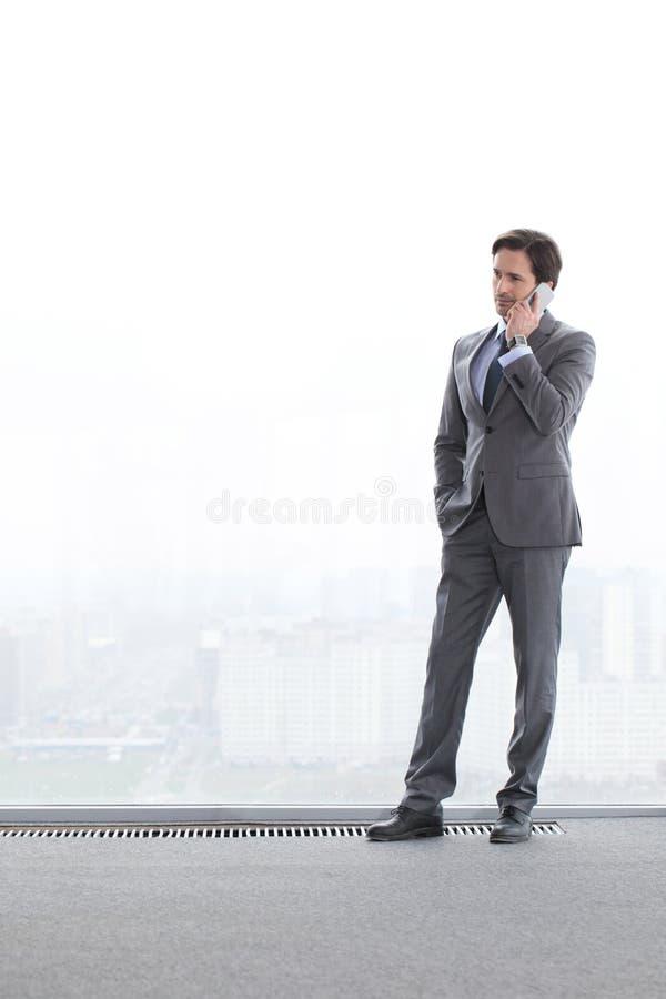 Uomo d'affari che parla dal telefono fotografia stock libera da diritti