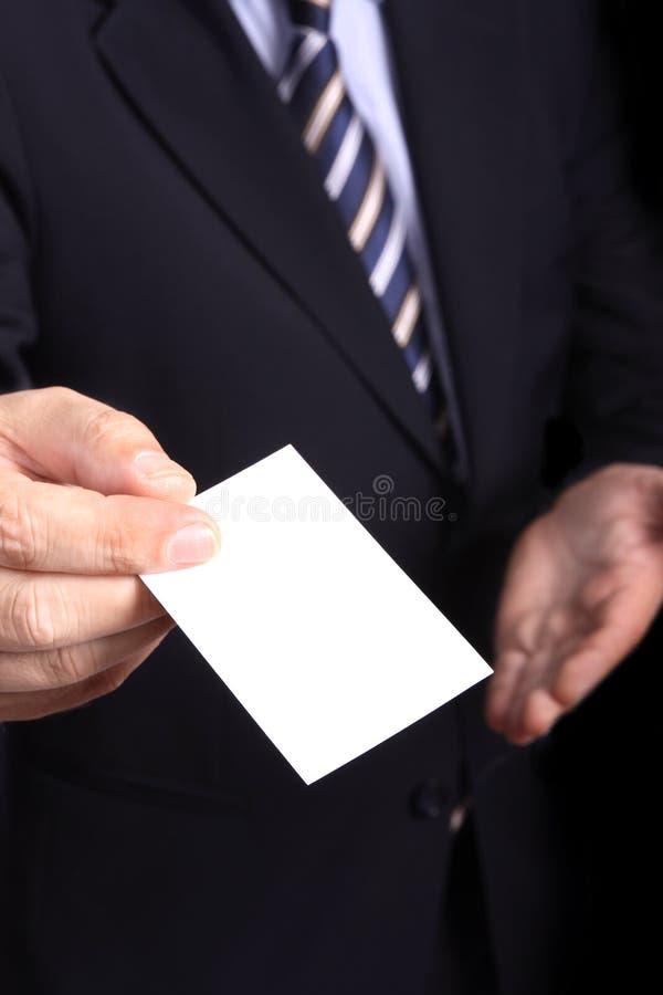 Uomo d'affari che passa un businesscard immagine stock