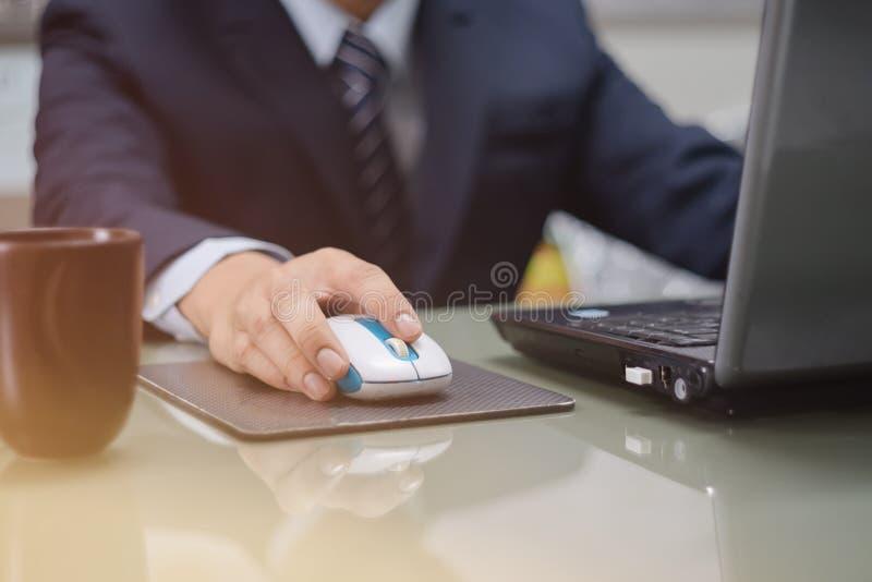 Uomo d'affari che per mezzo del computer portatile immagine stock libera da diritti