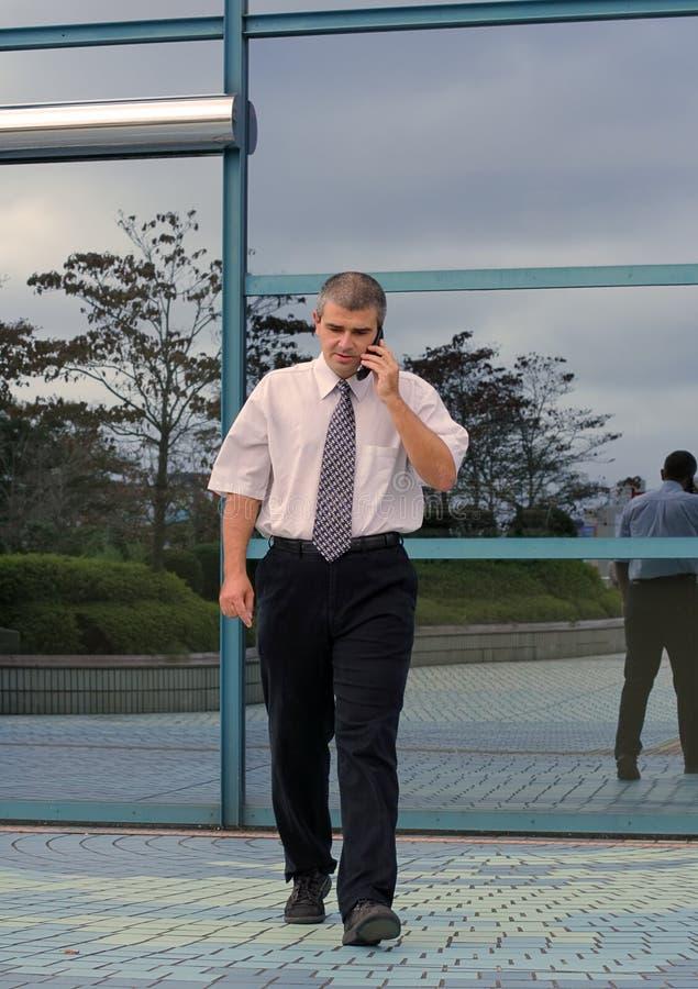 Uomo d'affari che per mezzo del telefono mobile immagine stock libera da diritti