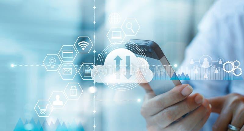 Uomo d'affari che per mezzo dello smartphone mobile e collegando servizio di calcolo della nuvola immagini stock