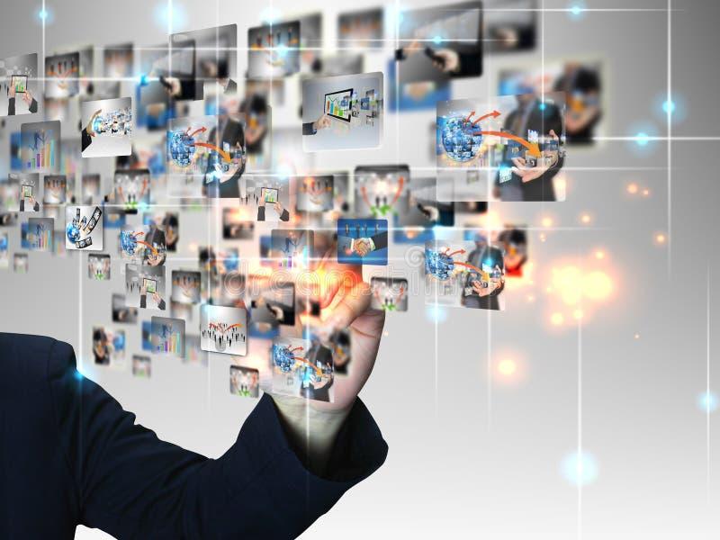 Uomo d'affari che preme comunicazione commerciale fotografia stock libera da diritti
