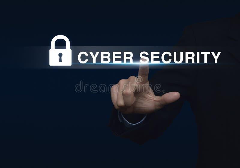Uomo d'affari che preme il bottone di sicurezza sullo schermo virtuale, Technolo fotografie stock