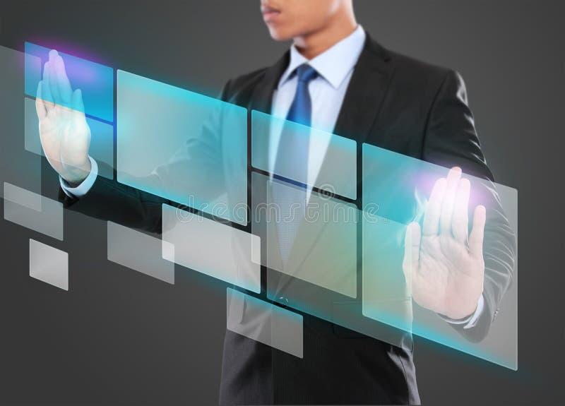 Uomo d'affari che preme il bottone virtuale di media illustrazione di stock