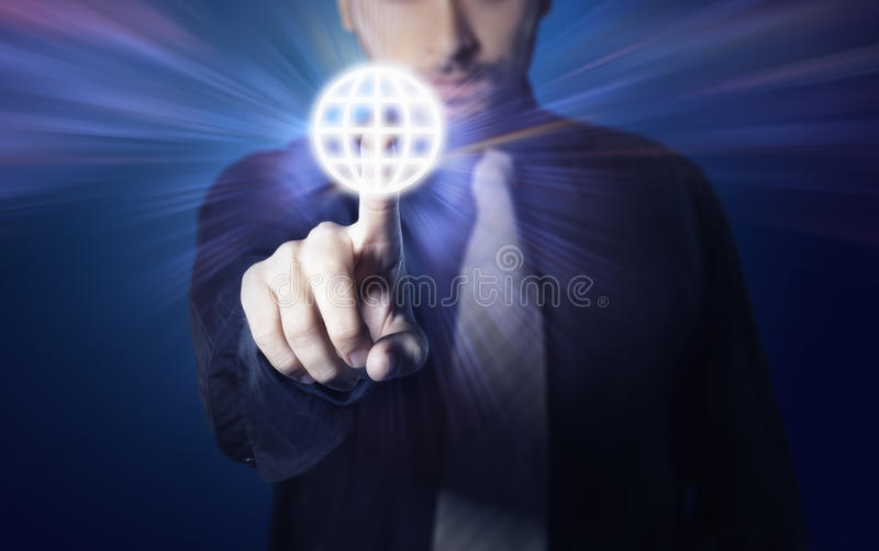 Uomo d'affari che preme il tasto dello schermo di tocco fotografia stock libera da diritti
