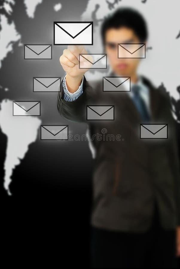 Uomo d'affari che preme il tipo di messaggio di icona moderna immagine stock