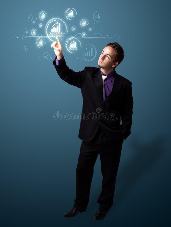 Uomo d'affari che preme il tipo moderno di affari di bottoni immagini stock