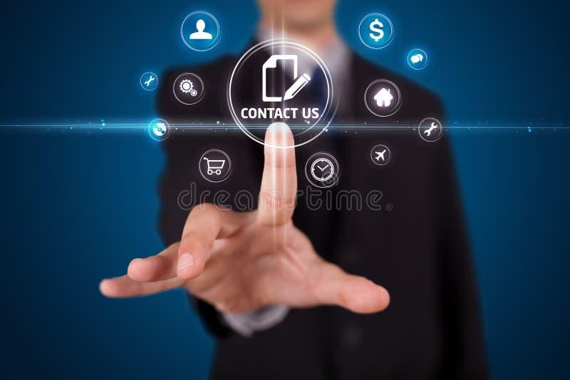 Uomo d'affari che preme il tipo virtuale di messaggio di icone immagini stock