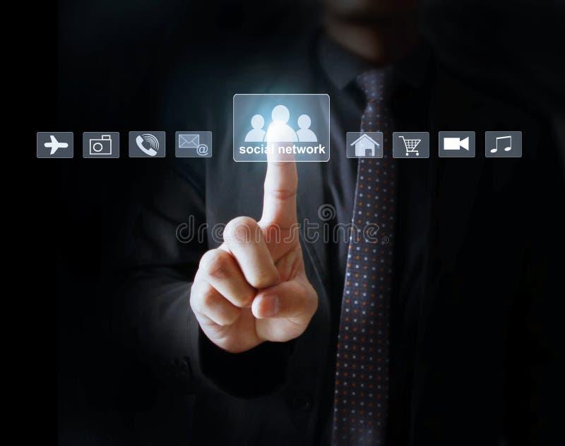 Uomo d'affari che preme le icone virtuali fotografie stock