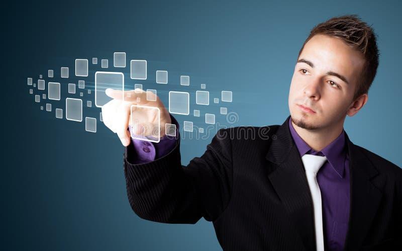 Uomo d'affari che preme tipo alta tecnologia di bottoni moderni immagini stock