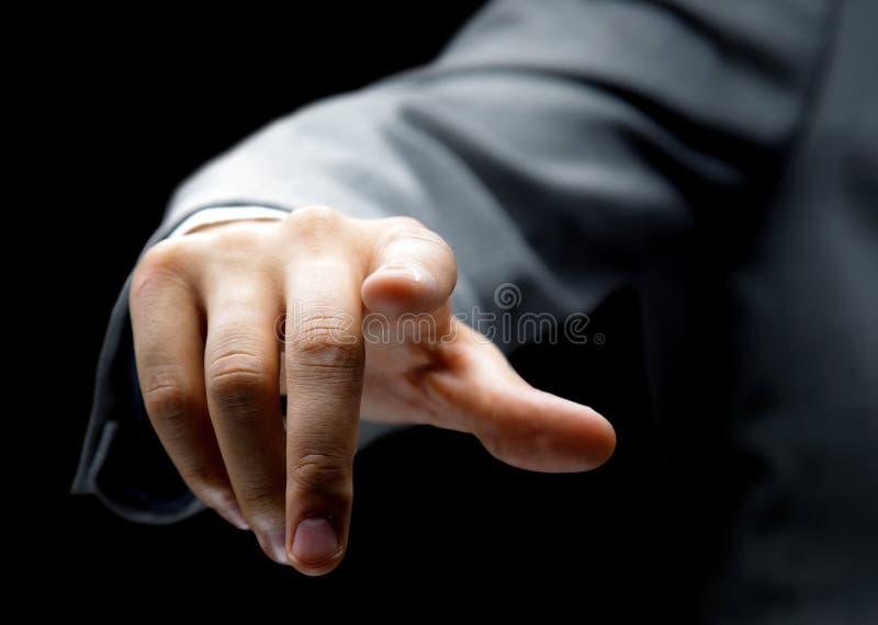 Uomo d'affari che preme un tasto immaginario fotografie stock libere da diritti